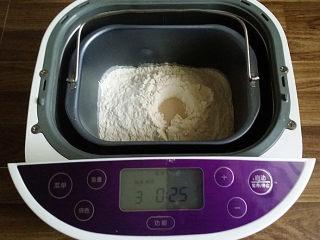 蔓越莓牛奶卷#无黄油版#,将主料全部放入面包桶中