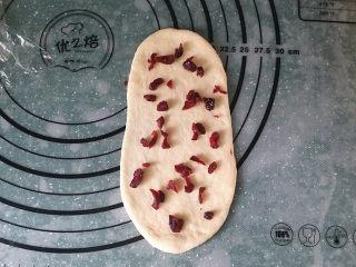 蔓越莓牛奶卷#无黄油版#,翻面放上少许蔓越莓粒