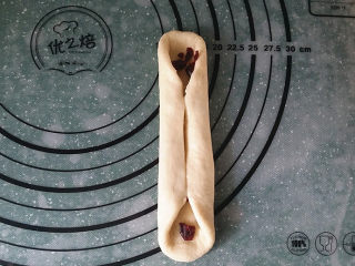蔓越莓牛奶卷#无黄油版#,将左、右两边向中间对折