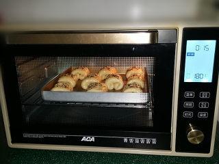 蔓越莓牛奶卷#无黄油版#,送至预热好的烤箱中层:180度、上下火