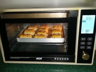 蔓越莓牛奶卷#无黄油版#,烤15~18分钟至表面金黄取出,再把第二般送入烤箱继续