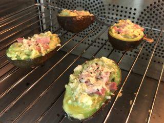 焗牛油果brunch,放烤箱160度/15分钟后看状态