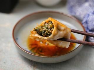 猪肉山芹馅蒸饺,蘸上喜欢的酱料开动吧!