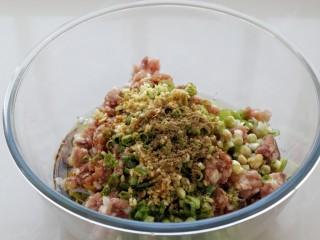 猪肉山芹馅蒸饺,然后调入生抽、料酒、花椒粉、盐、鸡精和食用油