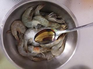 鲜虾粥,一勺料酒,腌15分钟