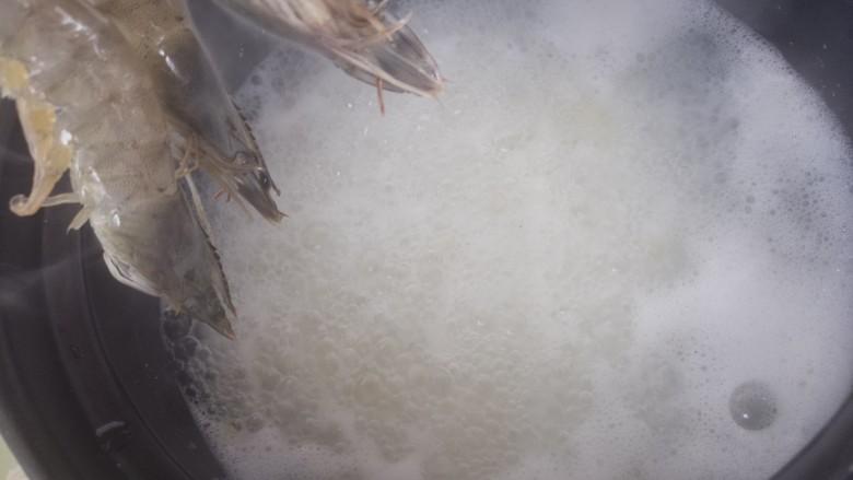 鲜虾粥,把粥煮的烂一些,然后再放入虾