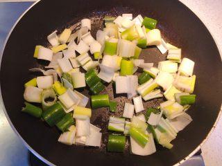 红椒炒牛肉粒,下油放入大葱粒。