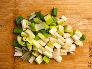 红椒炒牛肉粒,大葱切丁。