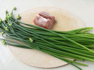 韭花炒肉丝,准备食材;