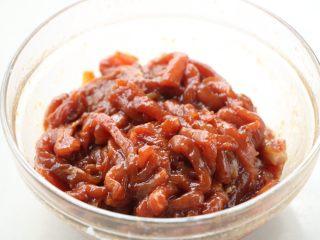 韭花炒肉丝,顺时针拌均匀,腌渍15分钟左右;