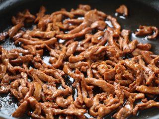 韭花炒肉丝,锅内放适量的色拉油,放入肉丝翻炒至变色盛出备用;