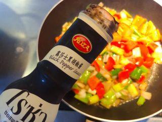 红椒炒牛肉粒,下盐和胡椒酱。