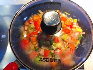 红椒炒牛肉粒,焖烧1分钟。