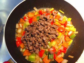 红椒炒牛肉粒,加入炒好的牛肉。