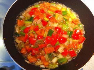 红椒炒牛肉粒,加入适量水。