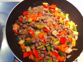 红椒炒牛肉粒,最后加入适量水淀粉翻炒均匀即可。