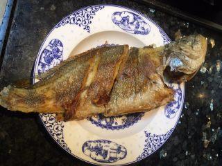豆瓣鱼,鱼煎至两面金黄后盛出备用。