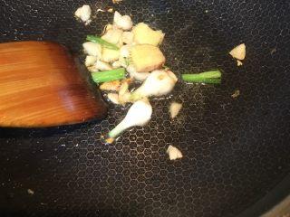 豆瓣鱼,煎鱼的油倒掉,锅洗净,热油,放入切好的姜、葱蒜末爆香。
