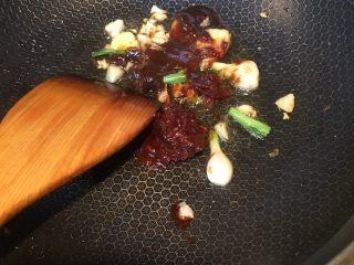 豆瓣鱼,加入一勺豆瓣酱,一勺甜面酱炒香。