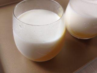 芒果牛奶布丁,将牛奶液倒入已经凝固的芒果液中放冰箱冷藏凝固。