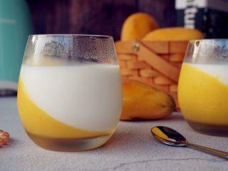芒果牛奶布丁,香甜嫩滑的芒果布丁就做好了。
