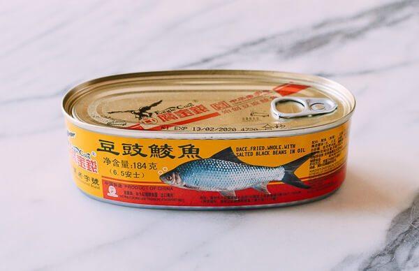 鲮鱼焖饭,鹰金钱金奖<a style='color:red;display:inline-block;' href='/shicai/ 9261'>豆豉鲮鱼</a>!老字号了,从小吃到大的味道!用它下过饭下过面,还曾经当过零嘴。