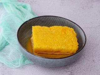火腿西多士,使其均匀的沾裹上蛋液