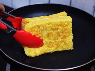火腿西多士,四边也要煎至金黄色