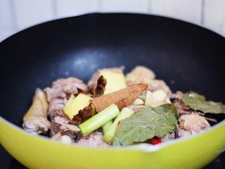 啤酒鸭,再放入葱姜蒜、香叶、桂皮、八角、干红辣椒炒出香味