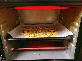 宫廷核桃酥,烤箱预热180度,中层,上下火,约12分钟左右,注意观察。根据每个家庭烤箱温度不一样进行调整哦。
