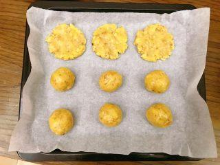 宫廷核桃酥,取一小团子,团成小圆,再压扁。放在烤盘上,每个都间隔开。