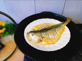 清蒸黄花鱼,盘子大,蒸笼放不下,直接架在锅里蒸嘻嘻