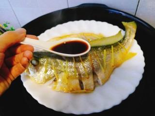 清蒸黄花鱼,均匀的淋在鱼身上