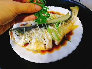 清蒸黄花鱼,加入葱丝即可出锅,今天咱们不淋热油了,非常鲜美,鱼肉也嫩