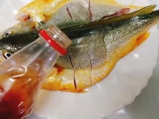 清蒸黄花鱼,加入料酒腌制5分钟,(均匀的淋在鱼身上哦)