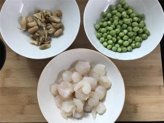 豌豆草菇虾仁,准备好材料。
