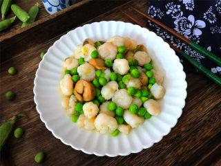 豌豆草菇虾仁,营养丰富,味道鲜美,清淡可口的快手小炒出锅。