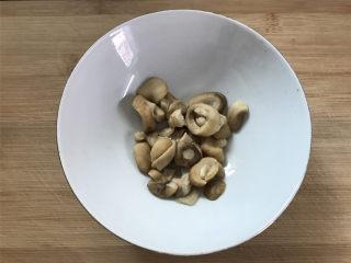 豌豆草菇虾仁,等软后马上捞出沥干水分。