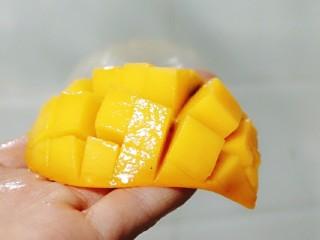 芒果糯米饭,芒果切粒,留一个切成图片样式。