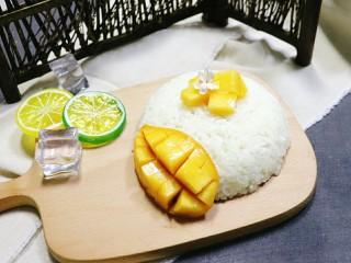 芒果糯米饭,再把芒果粒摆放在米饭上面。可以装饰薄荷叶。