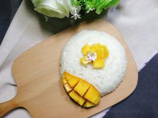 芒果糯米饭,香喷喷的芒果糯米饭就完成了。