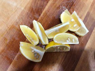 秘制酸辣鸡爪,柠檬切成块,准备工作就做好了,可以开始做鸡爪了
