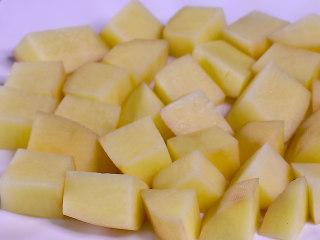 粉蒸排骨,将土豆削皮切块,摆入盘底(土豆或者红薯芋头等等比较吸油的食材都可以)