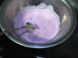 少女心巧克力棒棒糖蛋糕,巧克力隔水融化,先把纸棍一头沾一点巧克力塞入棒棒糖蛋糕底部正中间位置,等几秒中以后就起到固定的作用啦,然后用一个小勺舀巧克力液淋到蛋糕上,动作要快,不然天气冷巧克力很快就又凝固了,蛋糕表面巧克力还没完全凝固时撒上彩色糖珠和糖针装饰