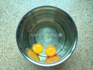 少女心巧克力棒棒糖蛋糕,两个鸡蛋磕入打蛋盆内