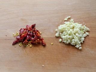 菠菜拌粉丝,红干椒切小段,大蒜剁成蒜末备用