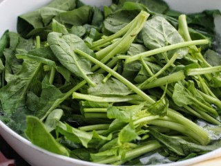 菠菜拌粉丝,锅中烧开水放入菠菜焯两分钟,捞出过凉水挤干水分