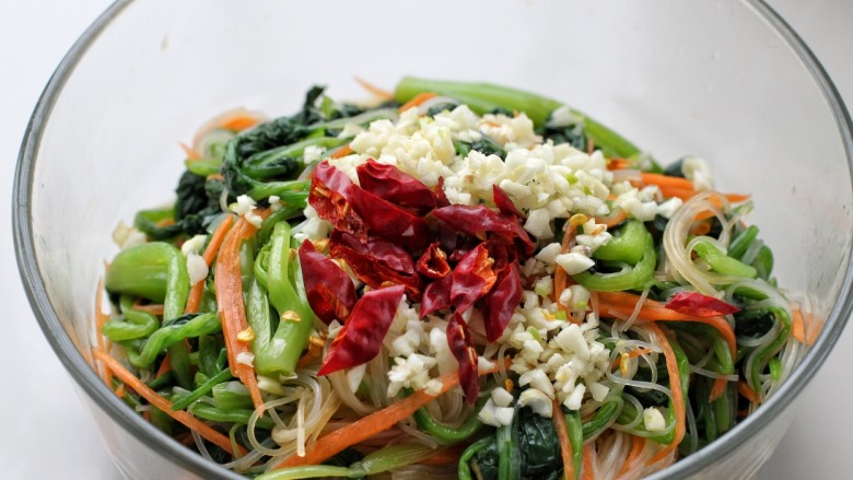 菠菜拌粉丝,最上面放红干椒和蒜末