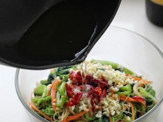菠菜拌粉丝,将油烧热后浇倒在辣椒和蒜末上榨出香味