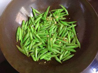家常小炒四季豆,倒入四季豆炒至断生